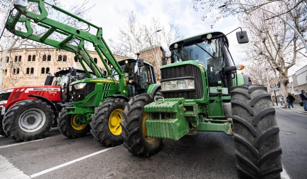 Agricultores sevillanos ayudan a desinfectar las calles con sus tractores