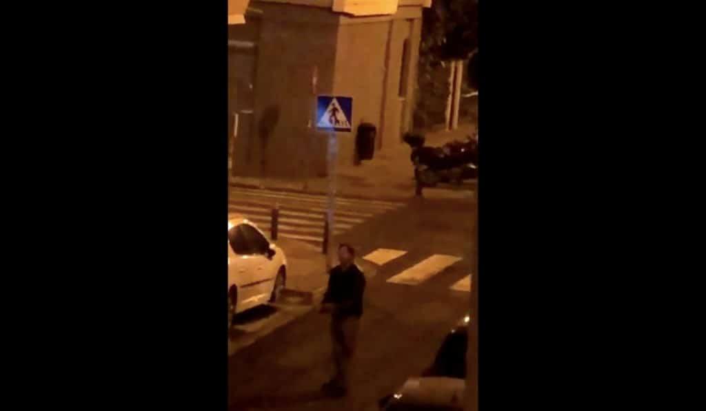 Un vecino de los Remedios amenaza con una catana a unos jóvenes durante el 'pescaíto'