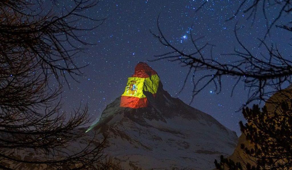 Suiza ilumina la montaña del Toblerone con la bandera de España