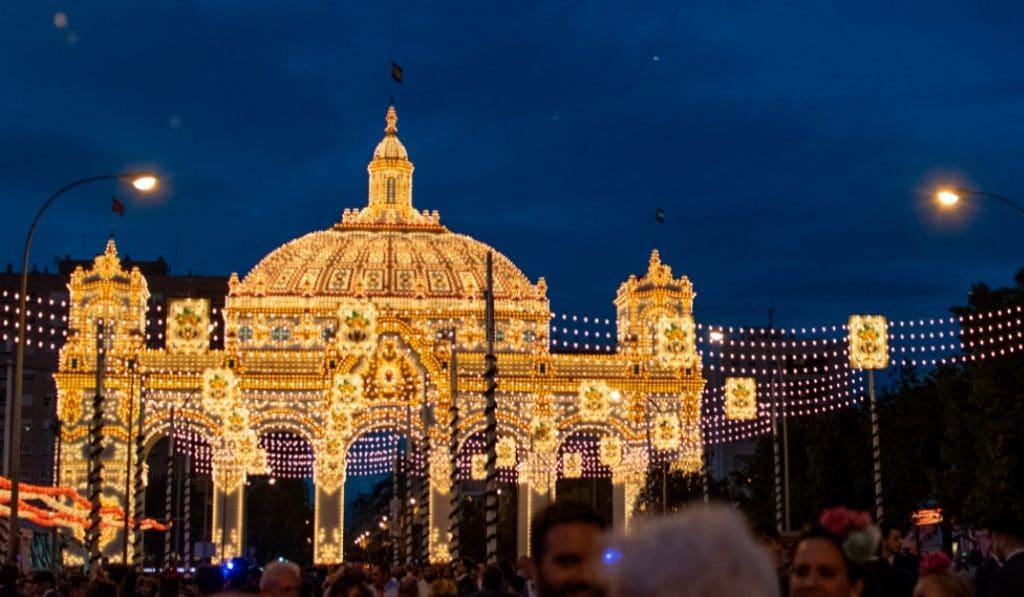 Una iniciativa propone celebrar el alumbrado de la Feria en los balcones