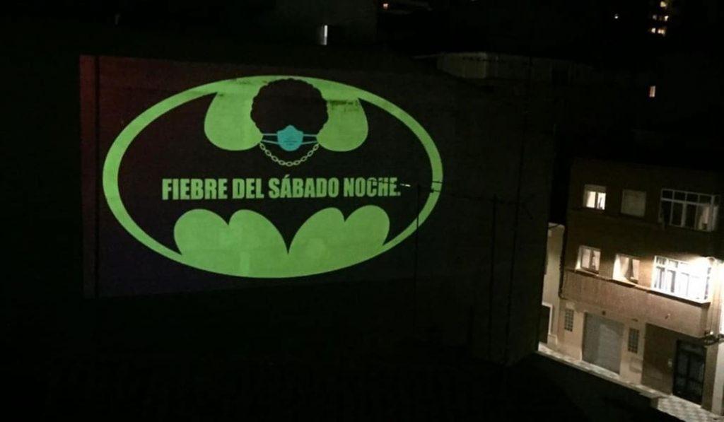 El Bruce Wayne de Albacete: un ciudadano proyecta mensajes de ánimo con el logo de Batman