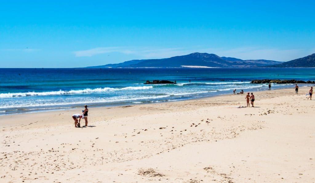 1.900 euros netos para los auxiliares de playa en Andalucía