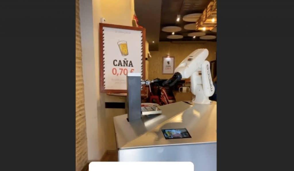Así es 'beer cart', el robot sevillano que tira cervezas para evitar el contagio
