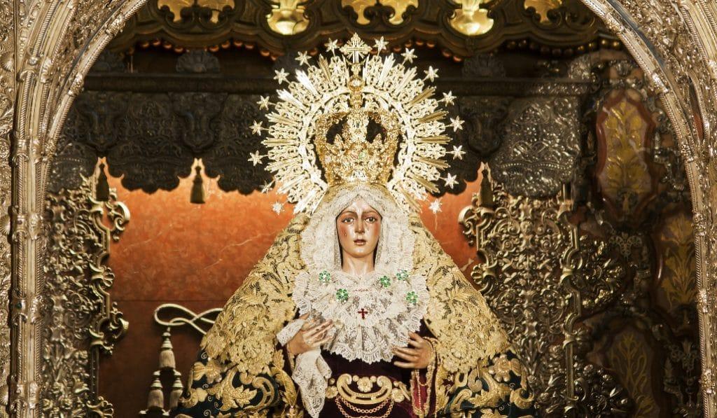 La Virgen de la Macarena homenajea a lo sanitarios en la reapertura de la basílica