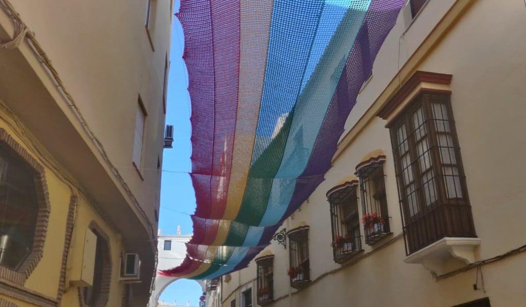 14 vecinas de un pueblo de Córdoba tejen una bandera LGTBI de ganchillo