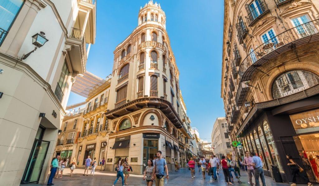La calle Tetuán luce camisetas del Betis y el Sevilla