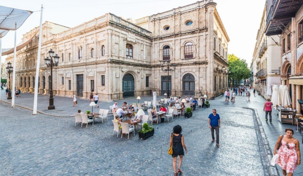 Urbanismo permitirá veladores en las plazas, aunque los locales estén separados por una calzada