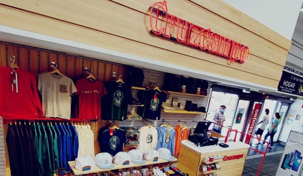 Cruzcampo lanza una colección de ropa y abre tienda en El Corte Inglés