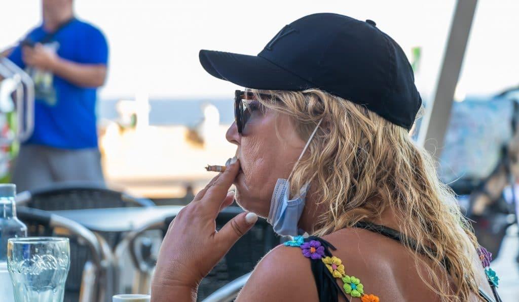 Andalucía estudia prohibir fumar en la calle