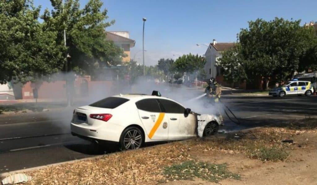 Arde el taxi Maserati en Sevilla Este