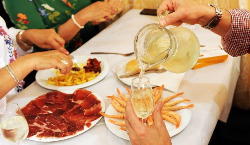 Estos bares y restaurantes sevillanos te permitirán comer al 50% durante dos meses