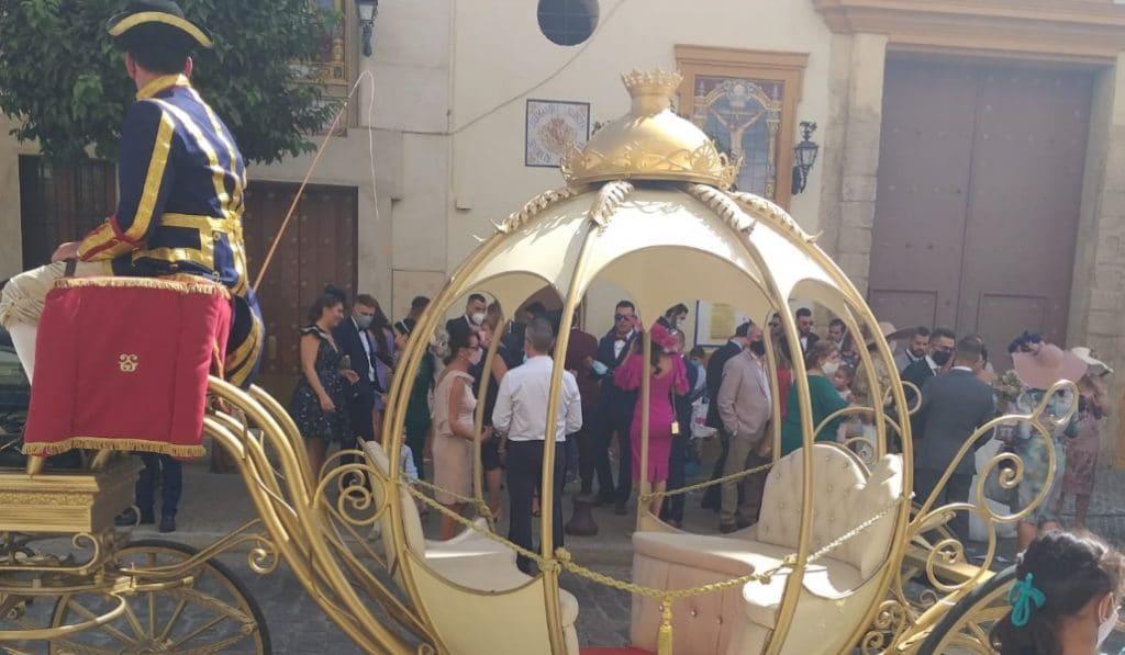 La calesa nupcial de Cenicienta recorre las calles de Sevilla y se hace viral
