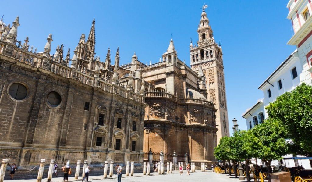 La Catedral de Sevilla suspende las visitas turísticas desde este martes