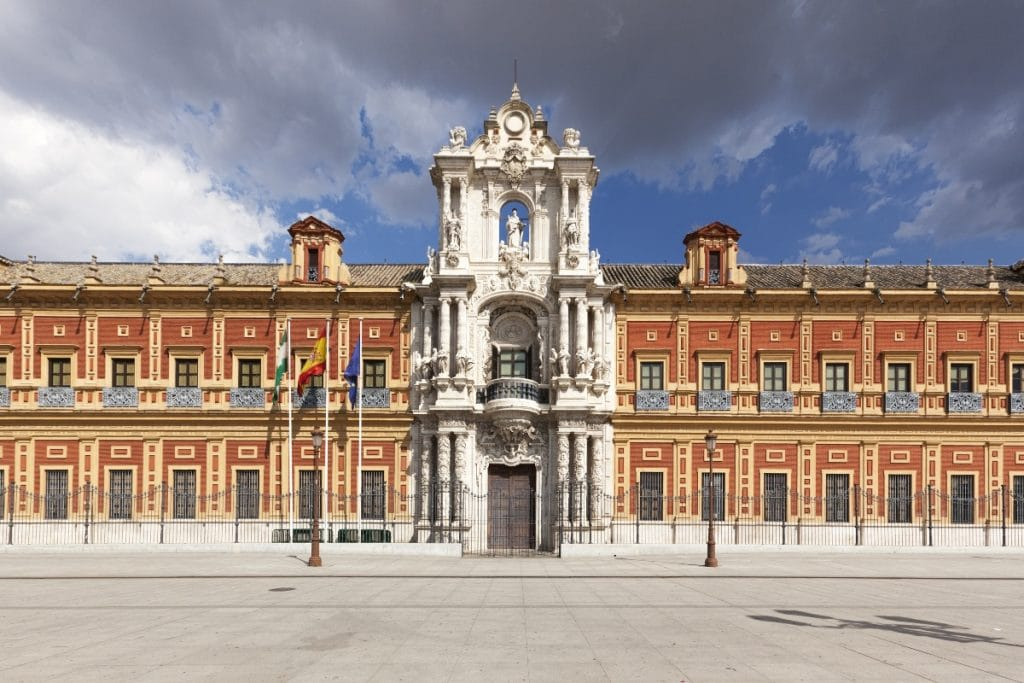 ¿Por qué en Sevilla hay tantos edificios de color amarillo albero y rojo carmesí?