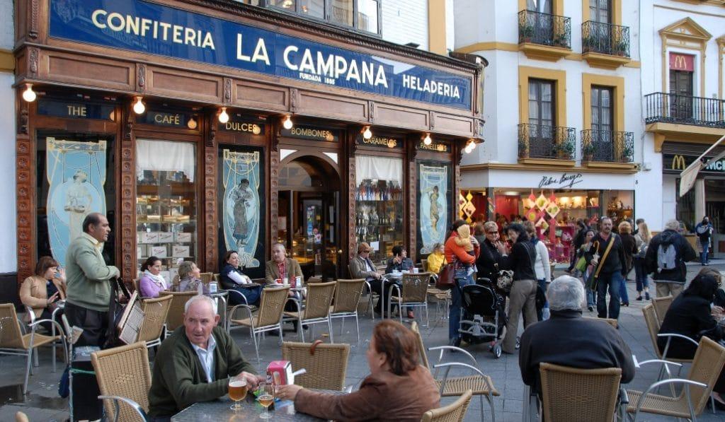 La Junta anuncia que las cafeterías podrán abrir de 18:00 a 20:00 horas sin vender alcohol