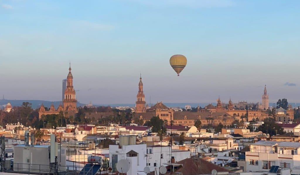 Las mejores fotos de los Reyes Magos sobrevolando Sevilla en globo