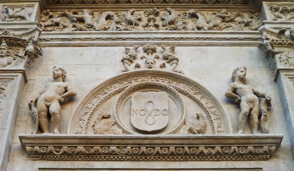 ¿Sabes por qué en el escudo de Sevilla aparece la palabra 'NO-DO'?