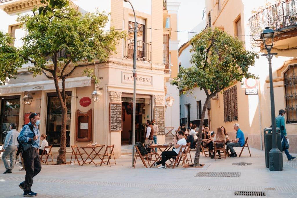 Bares y comercios de Sevilla cerrarán a las 20 horas a partir del domingo