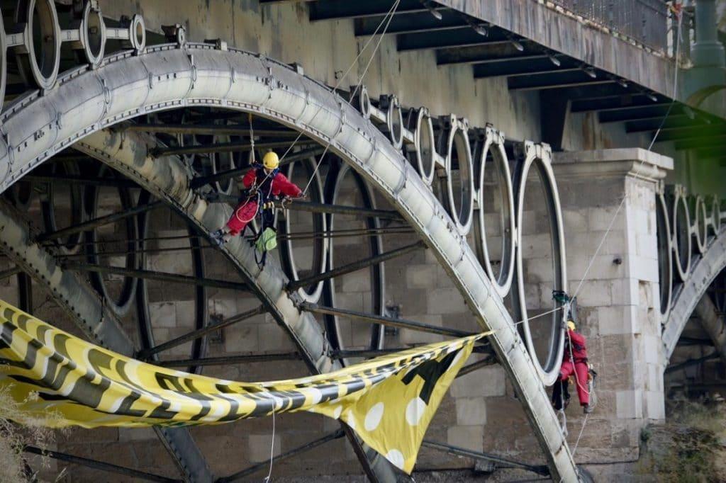 El Puente de Triana, engalanado por Greenpeace