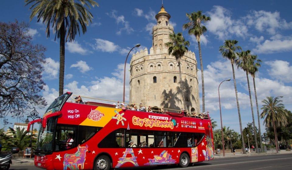 Ocho superhéroes se reúnen para viajar con los niños de Sevilla en este bus turístico