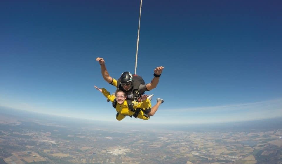 Así es la espectacular experiencia de saltar en paracaídas sobre Sevilla