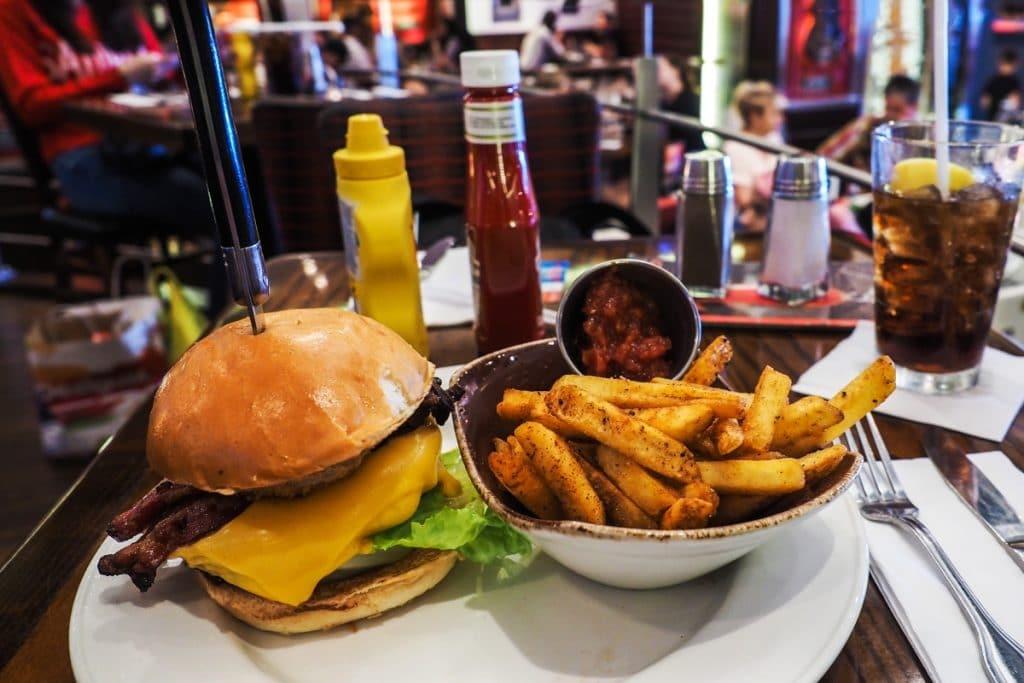 Hamburguesas a 71 céntimos en Hard Rock Cafe Sevilla por su 50 aniversario