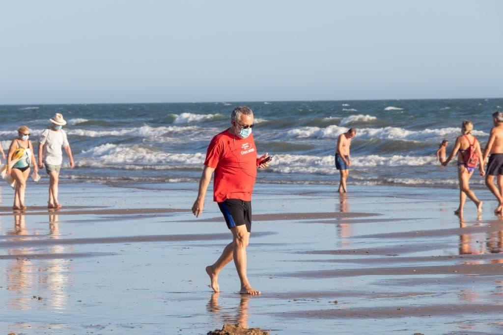 La Junta de Andalucía relaja el uso de las mascarillas en la playa y el campo