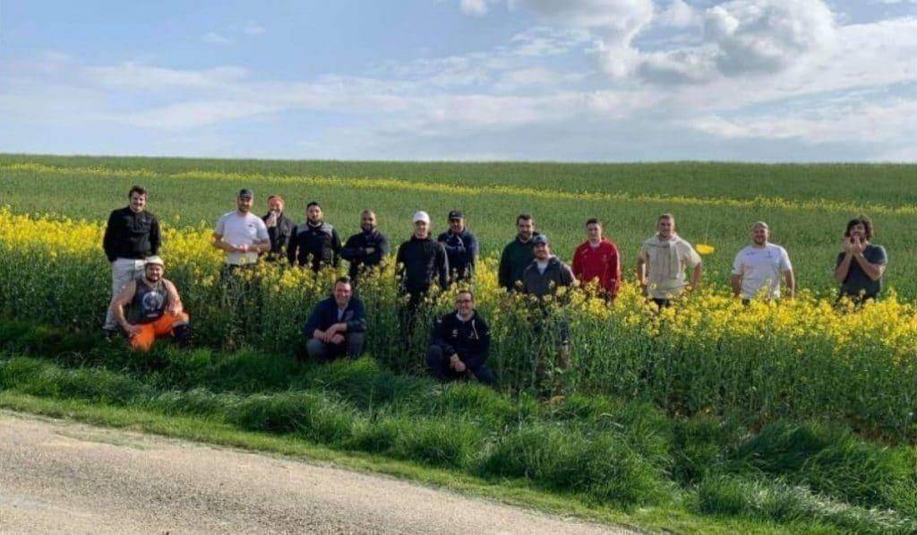 Insolite : des rugbymen aident un agriculteur à épurer son champ près de Toulouse