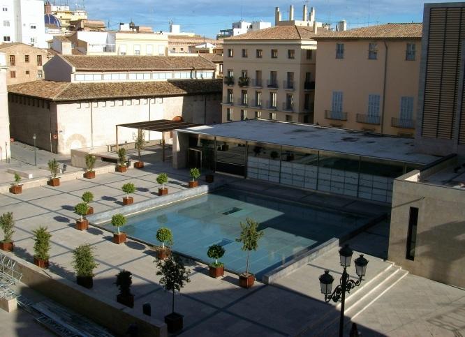 Plaça_de_l'Almoina_des_de_la_catedral,_València