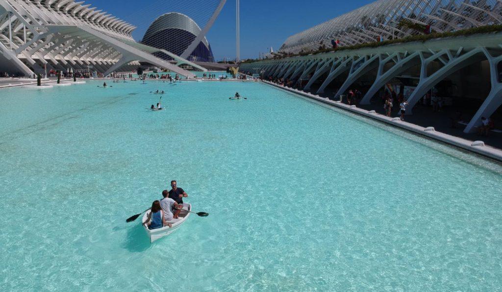 Vuelven los kayaks, barcas y 'waterbikes' a la Ciutat de les Arts