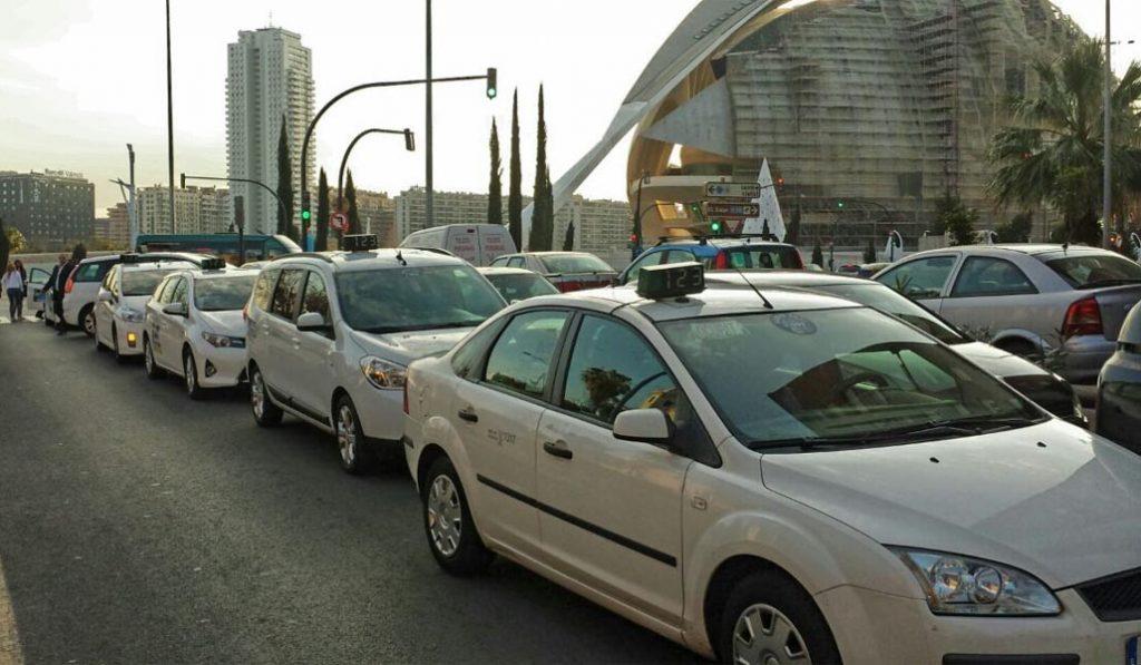 Los taxistas protestan por el incumplimiento de la Ley de Transportes