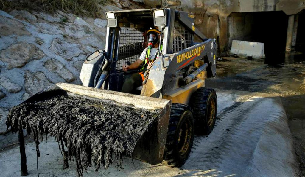 Valencia extrae un kilómetro de toallitas higiénicas del colector norte