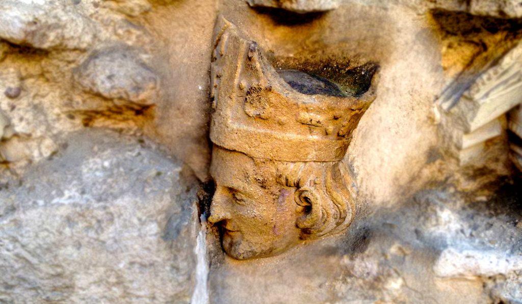 ¿Por qué hay una cabeza de obispo en los muros de Santa Catalina?