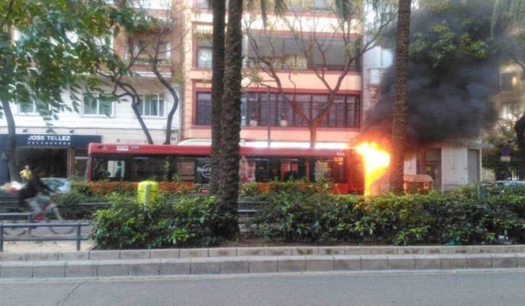 Arde un autobús de la EMT en plena ruta