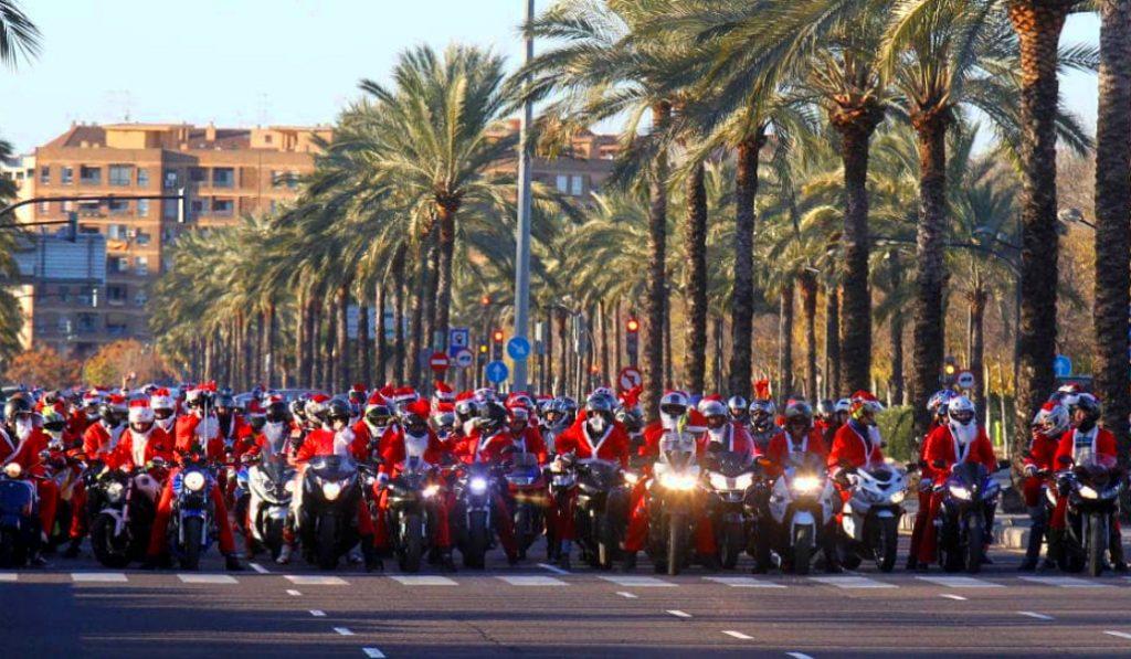 Miles de moteros y moteras vestidos de Papá Noel recorren Valencia