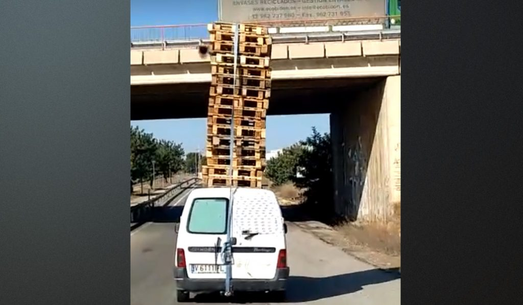 Un coche cargado con 32 palets recorre durante kilómetros una autovía en Valencia