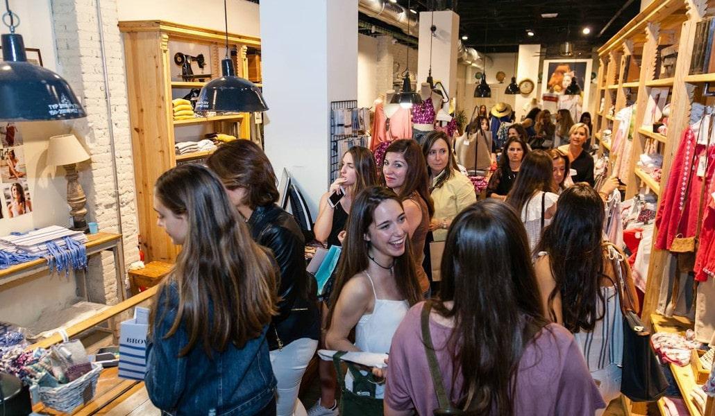 Más de 200 tiendas de Valencia abren hoy hasta la medianoche