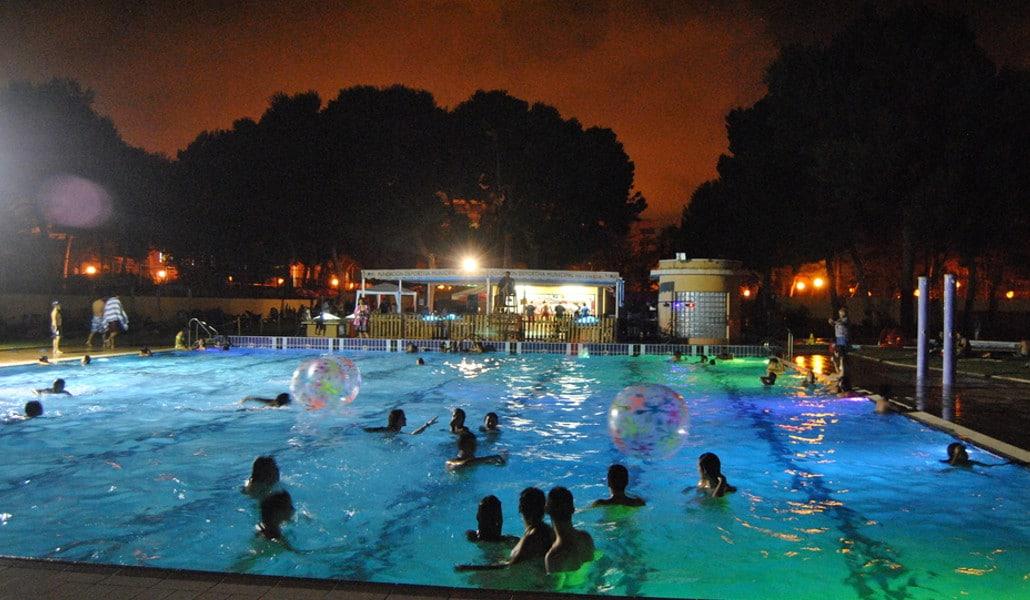 piscina parque oeste noche