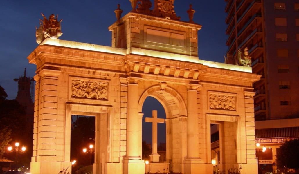 Valencia ilumina desde hoy 43 monumentos