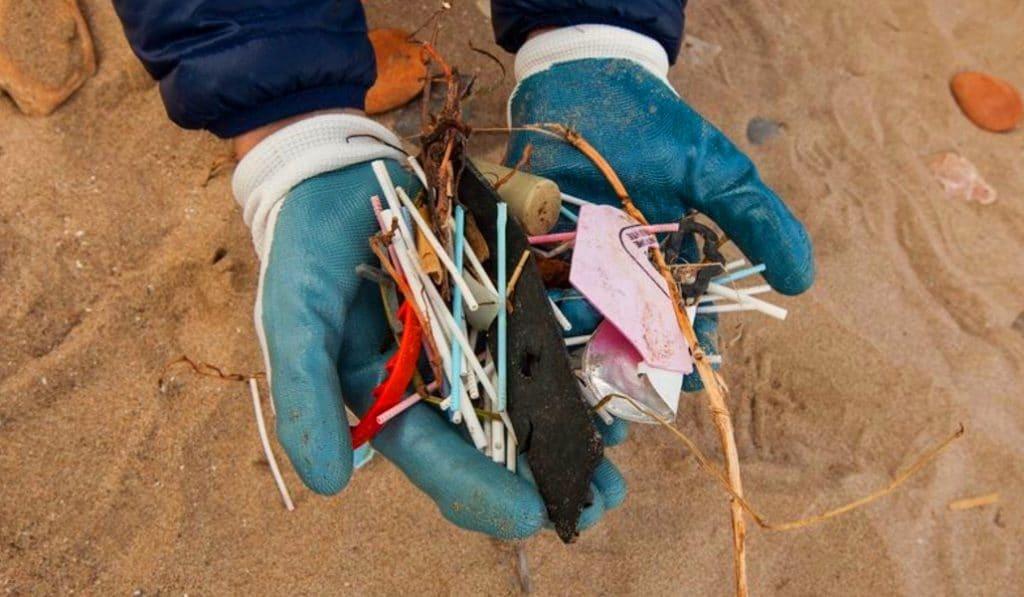Valencia es una de las ciudades que más plástico acumula en sus playas