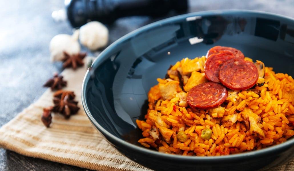 La paella valenciana, también con longaniza, chorizo y lomo