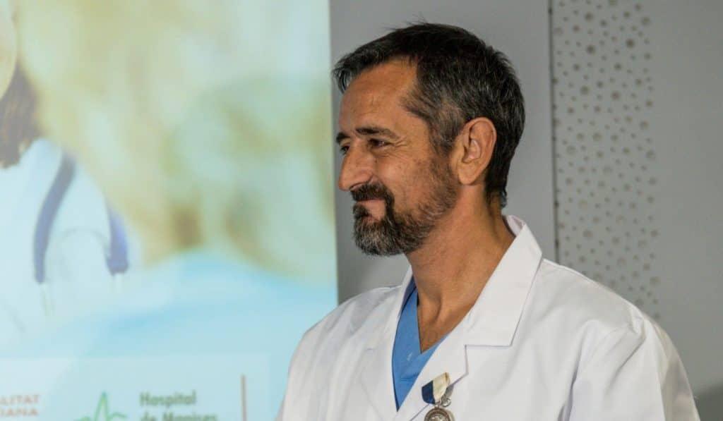 El doctor valenciano Pedro Cavadas extirpa un tumor gigante a un niño de 10 años
