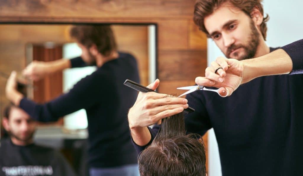 Un peluquero solidario corta gratis el pelo en Camins al Grau