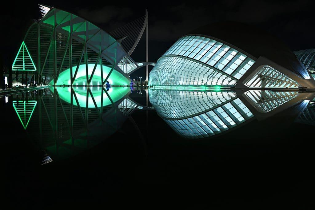 La Ciutat de les Arts se ilumina de verde para dar apoyo a los sanitarios