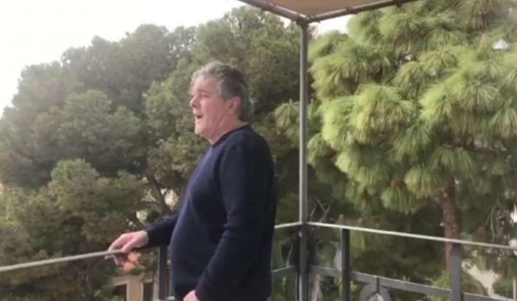 Francisco canta el himno de la Comunitat Valenciana desde su casa y se hace viral