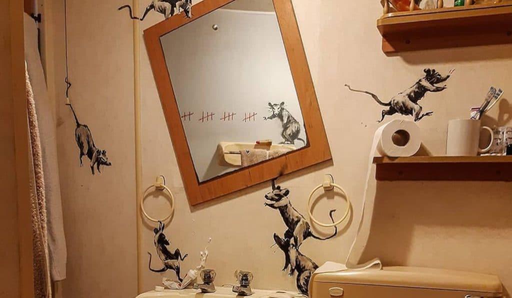 Banksy crea su última obra en el cuarto de baño
