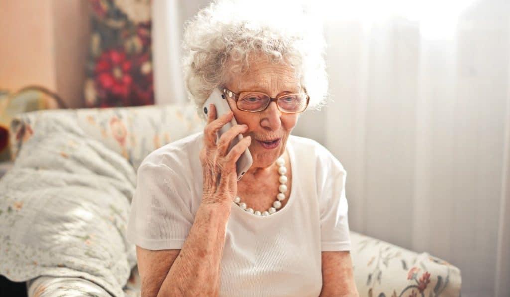 Este es el teléfono de atención a personas mayores en Valencia