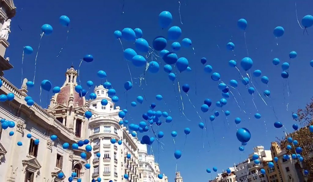 Azul desde los balcones de Valencia para apoyar a las personas con TEA
