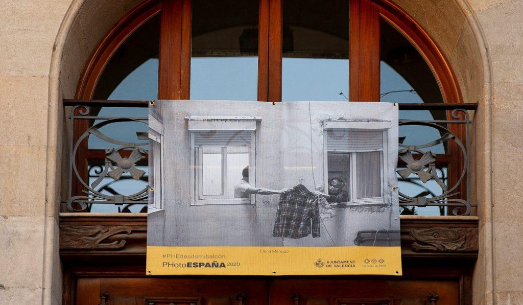 ¿Por qué hay fotografías colgadas en la Plaza del Ayuntamiento de Valencia?