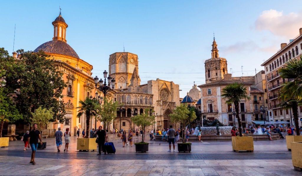 Arranca el Festival Iturbi y llena de pianos la Plaza de la Virgen